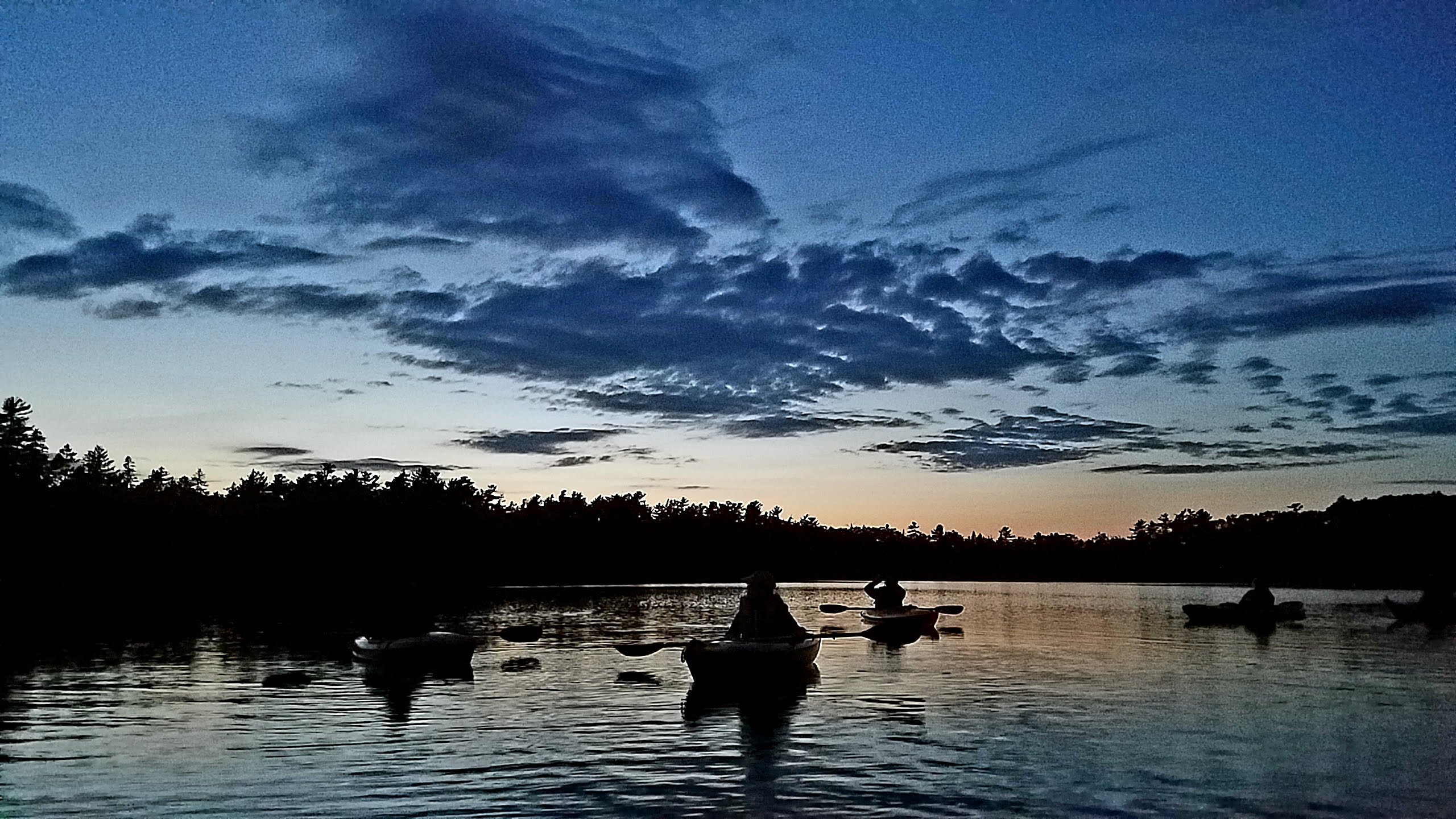 20190815_moonlight-paddle-silhouettes